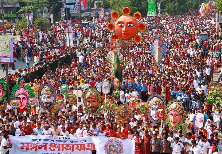 মঙ্গল শোভাযাত্রার মধ্য দিয়ে নববর্ষ পালন করছে রাজধানীবাসী। ছবি : ফোকাস বাংলা