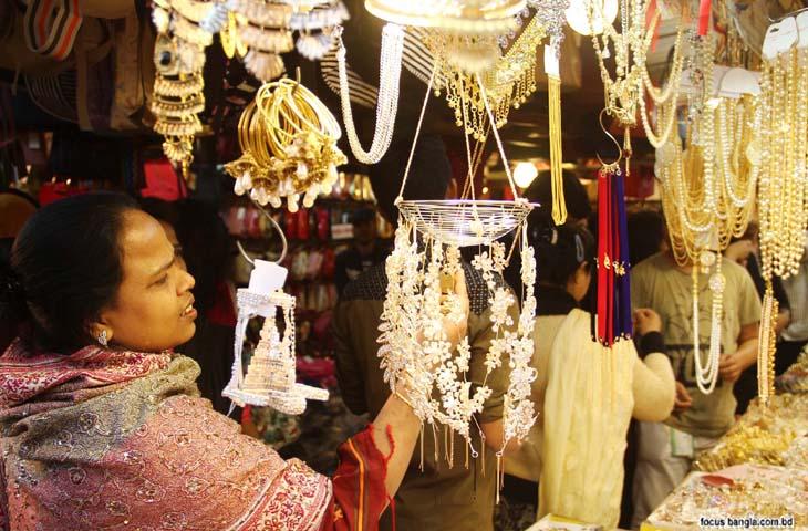 ঢাকা আন্তর্জাতিক বাণিজ্য মেলায় বাড়ছে ক্রেতা দর্শনার্থীদের ভিড়। ছবিটি বৃহস্পতিবার তোলা।
